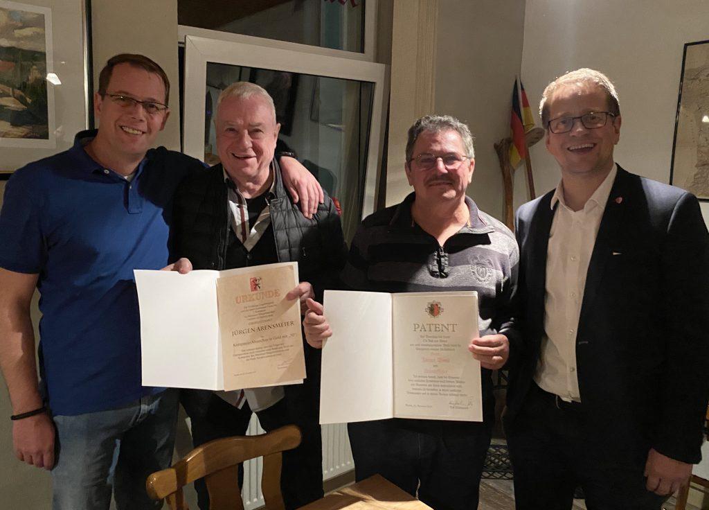 Feldwebel Thorsten Hunger (links) und Kompaniechef Ralf von Ahnen (rechts) mit Jubilar Jürgen Arensmeier (2. von links) und dem neuen Unteroffizier Jürgen Wenk.