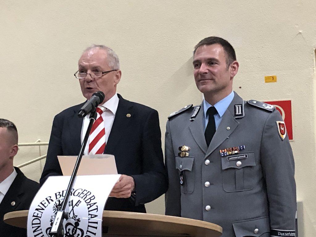 Stadtmajor Heinz Joachim Pecher zeichnet den scheidenden Kommandeur Helge Lammerschmidt mit dem Bataillonsorden aus.